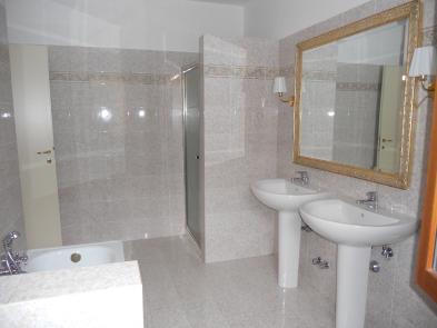 Photo 3 - Bathroom 1