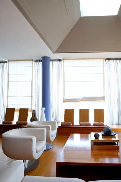 Photo 9 - Spacious living room