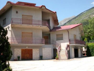 Superb villa (22 rooms - 864sqm) in CELANO