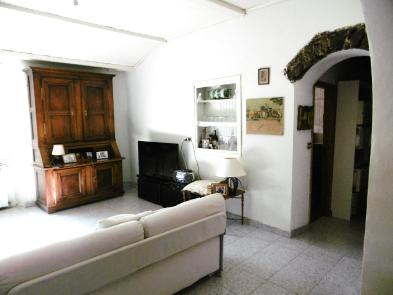 Photo 5 - Spacious living room