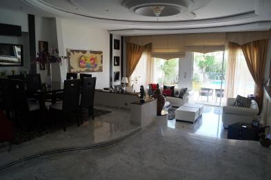 Photo 5 - Spacious living room