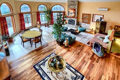 Photo 2 - Spacious living room