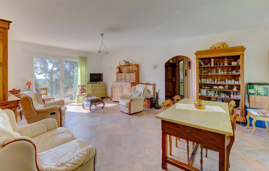 Photo 4 - Spacious living room